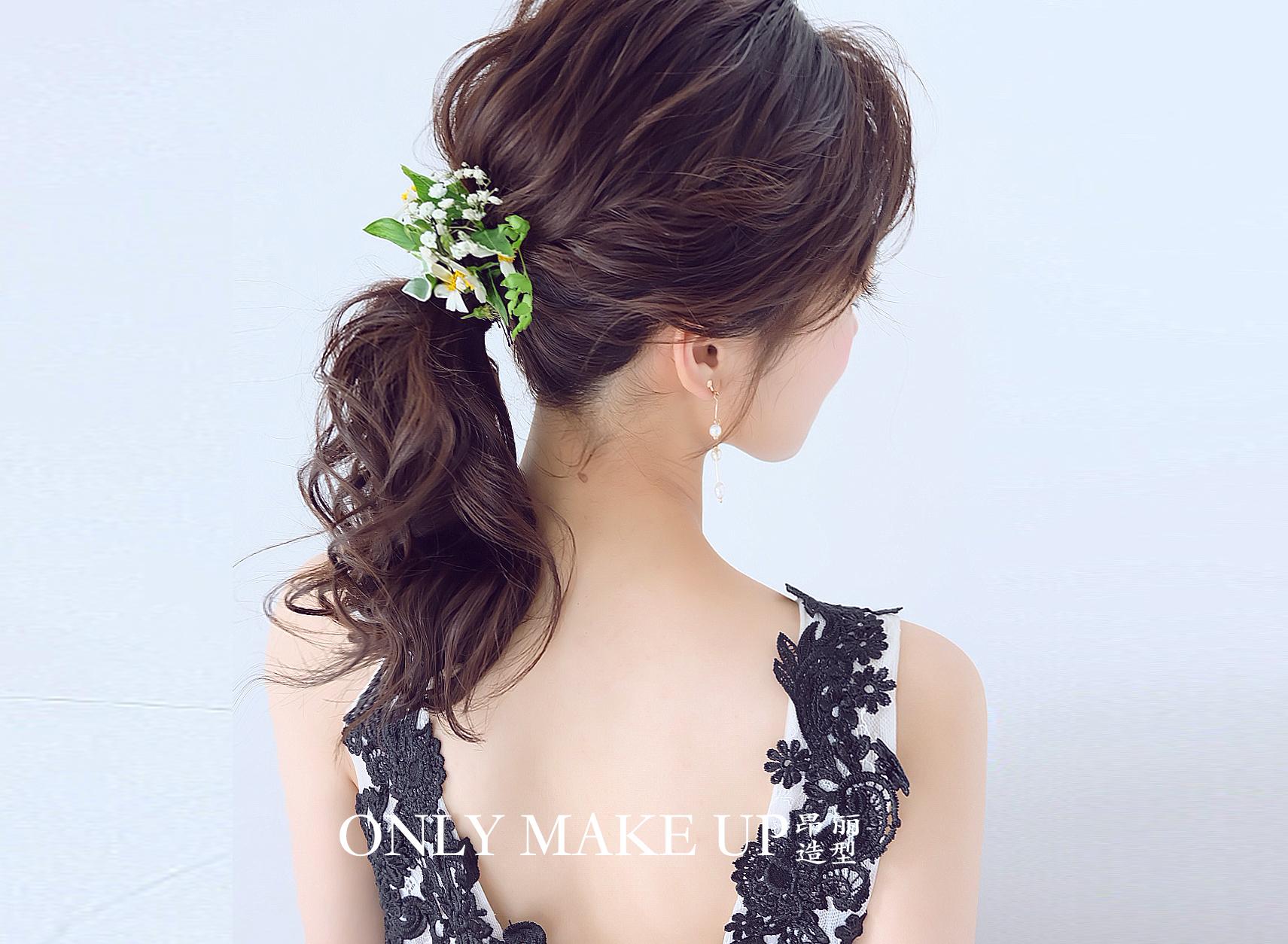 看腻了繁花锦簇?点缀小清新的发型来啦