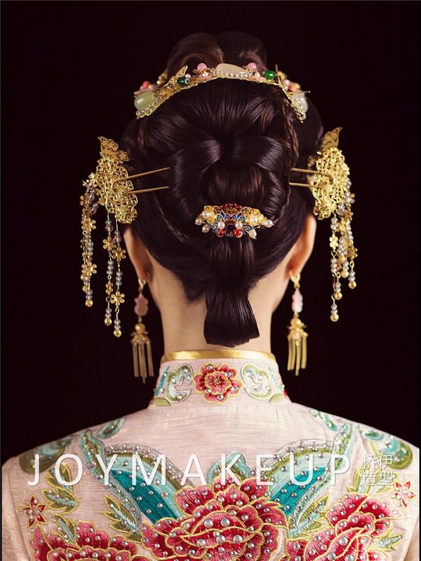 华服中式新娘妆面造型           新款中式新娘发型,饱满的盘发上图片