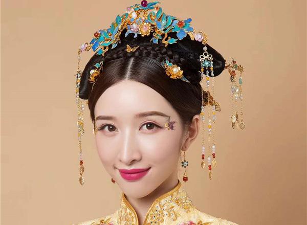 青丝绾正,眉眼如黛的中式新娘