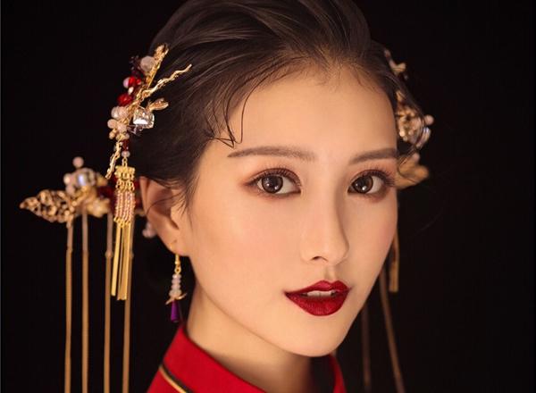 婉约红唇:中式新娘妆发造型