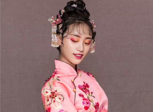 中式新娘粉嫩桃花妆