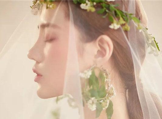 简约抽丝的鲜花主题新娘妆容