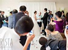 婚礼仪式上,请把最好的拍摄位置留给摄影师们!