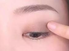 眼影不上色怎么辦?試試這四個化妝小技巧!