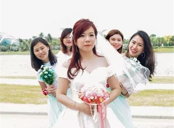 找婚纱照摄影师要擦亮眼呀!这对外国夫妇可吃了亏……