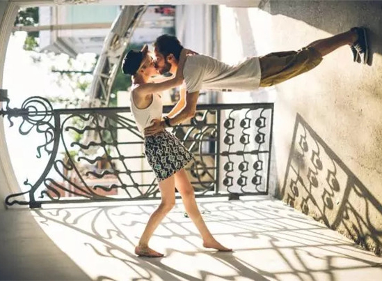 一张照片怎样才会动人?情侣写真,被他拍到极致!