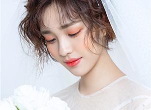婚礼当天造型 温柔白纱短发新娘