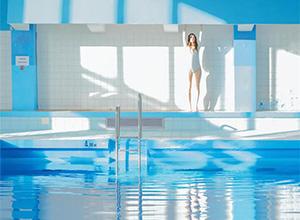 最新影楼资讯新闻-夏日梦幻泳池:少女和她的哈苏
