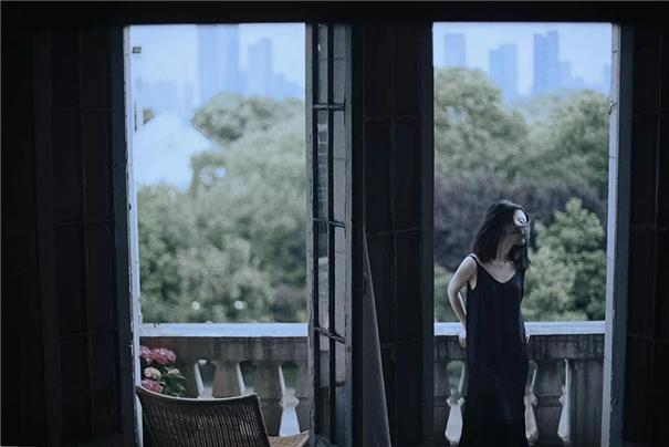 这位自由摄影师, 每天带着不同的姑娘在民宿里拍照