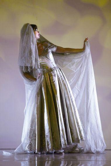 这件昂贵的婚纱由铂金线和铂金布料编织而成.