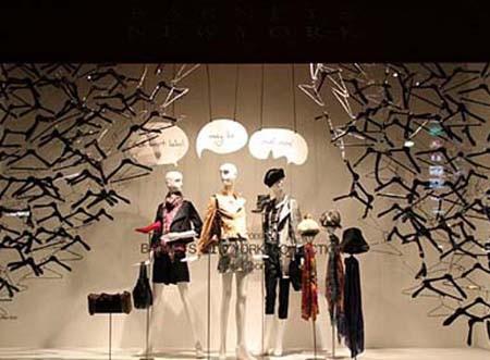 国外有名服装设计师_国外部分著名服装的展示橱窗设计_装修·橱窗·设计_影楼管理 ...