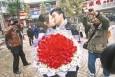 最新影楼资讯新闻-男子108朵玫瑰当街