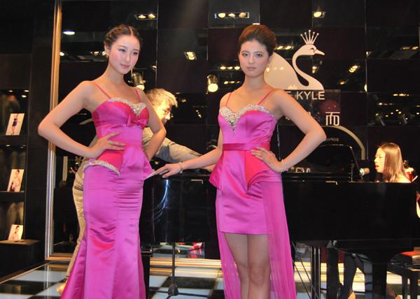 最新影楼资讯新闻-【展会现场】钢琴美女献唱引顾客 苏妃凯而礼服8千到1万不等
