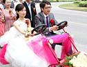 情侣观光车上的别样婚礼 演绎另类浪漫