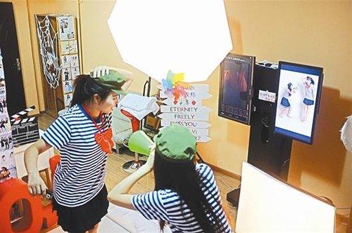 最新影楼资讯新闻-专业设备个性道具 武汉自拍照相馆悄然兴起