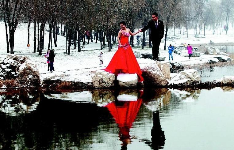 最新影楼资讯新闻-西安2014年首场大雪 新人抢拍雪景婚纱照