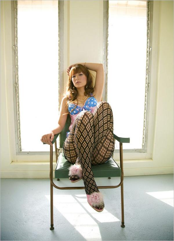 山本纱衣 山本纱衣写真摄影:超可爱混血美女的顽皮时刻