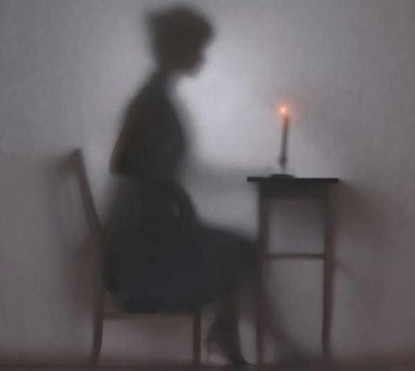 《一个女人》系列拍摄的是女性生活中一些最简单的小细节,比如对着镜子化妆,比如优雅的读一本书。摄影师Hanna Seweryn通过在幕布上投影出一个女人的剪影来创作了这组摄影作品。