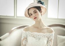 最新影楼资讯新闻-复古蕾丝大拖尾婚纱礼服 有着精雕细琢的宫廷奢华感