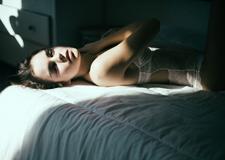 最新影楼资讯新闻-西班牙摄影师Martina Matencio自然光线下拍摄出忧愁的性感