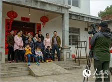最新影楼资讯新闻-安徽望江摄影师春节为村民免费拍百张全家福