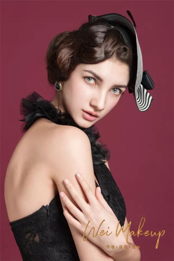 她出生在绘画世家, 毕业于视觉设计系,结缘于化妆!