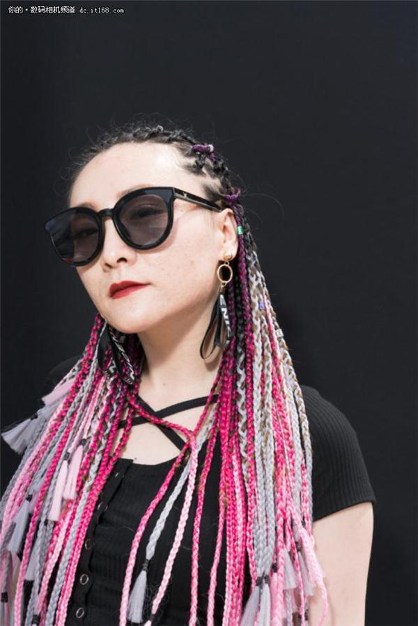 一位独立摄影师拍摄音乐节的女孩记录这个时代的影像