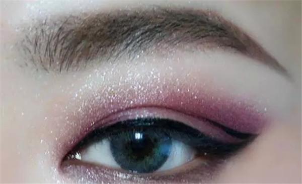 浓郁风情:今夏*流行的紫红色妆容教程