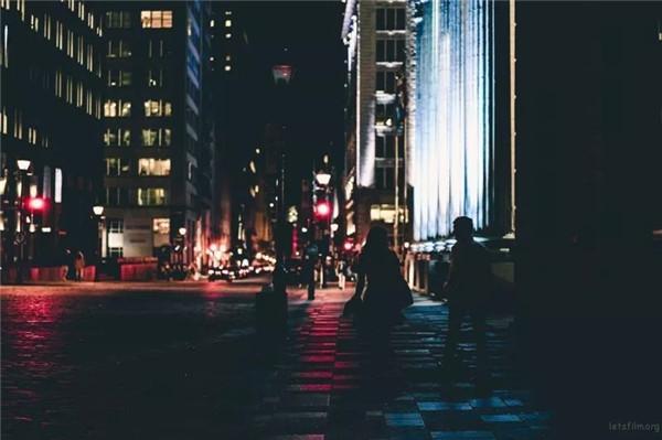 如何在弱光环境下拍出清晰的照片