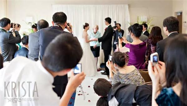 婚礼仪式上,请把*好的拍摄位置留给摄影师们!