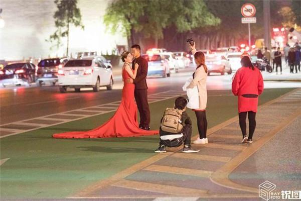 """新人站公路中间拍婚纱照 """"危险""""了自己,也""""危险""""了别人"""