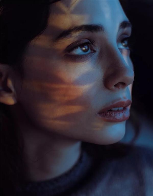 白皙肌肤的气质少女 暗淡光芒中的忧郁性感