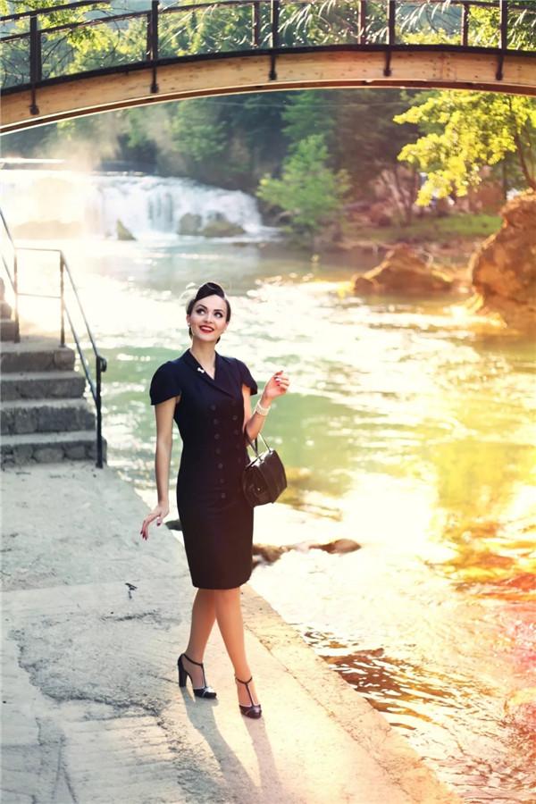 一个从画报中「离家出走」的女人,用她的美穿越了时空!