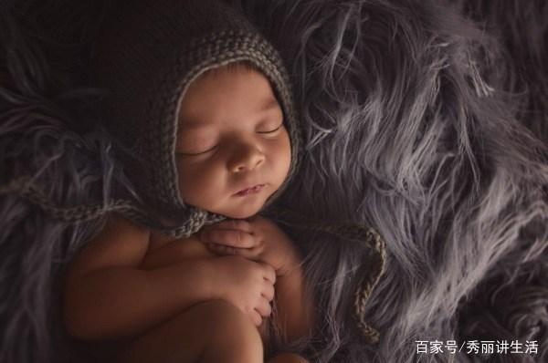 新生儿摄影你觉得是布景重要 还是宝宝舒适和动作重要呢
