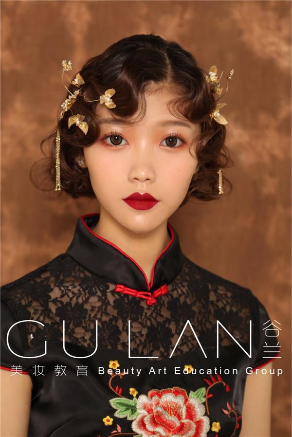 中国风旗袍盘发妆容