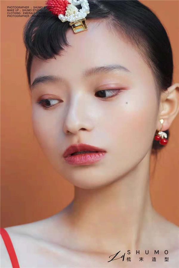 简约自然妆效打造清爽写真造型