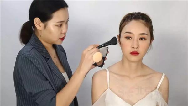 超详细的气质简约时尚新娘化妆技巧