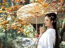 最新影楼资讯新闻-秋日银杏树下的古风人像摄影,两两相望且归去