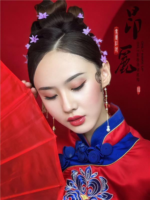 中式新娘造型:嫵媚的紅妝