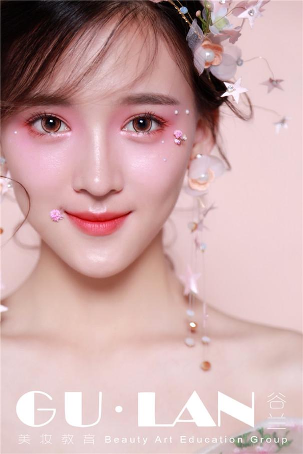 娇艳欲滴的桃花妆,减龄又粉嫩
