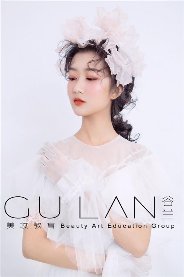充满仙气风格的杂志封面新娘造型,唯美飘逸
