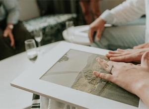 最新影楼资讯新闻-重温婚礼的浪漫:澳大利亚摄影师为盲人新娘制作触觉婚礼相册