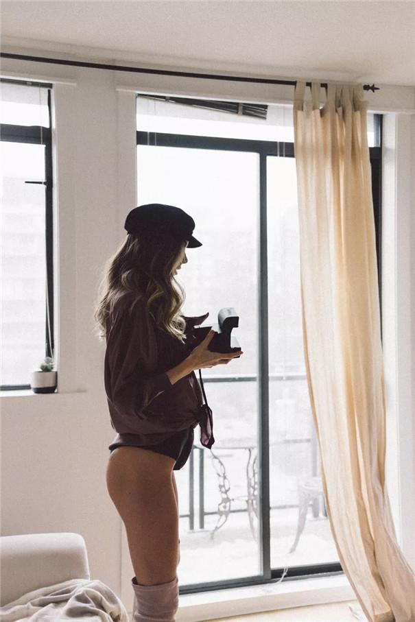 性感写真:手里的相机 表明一种态度
