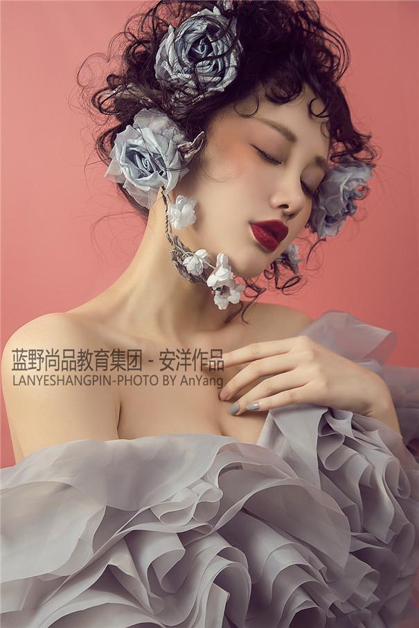 鲜花点缀的复古妆感 散发恬静与美好