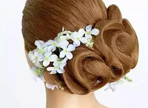 温婉柔和的手推波纹新娘发型