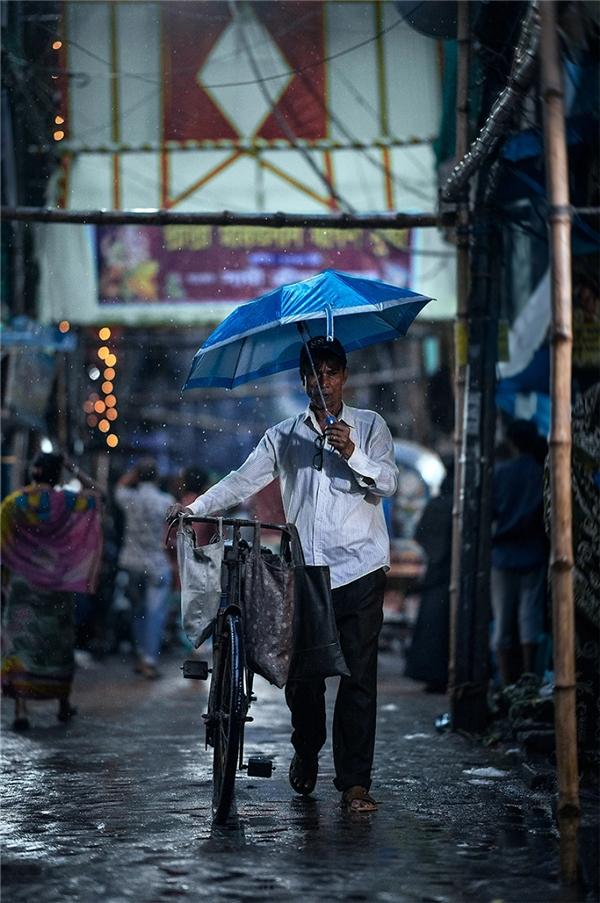 深邃的初夜雨后 迷人虚化的街头肖像