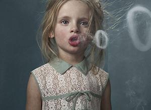 最新影楼资讯新闻-明星公共场所吸烟引热议,香烟牌摄影道具了解一下?