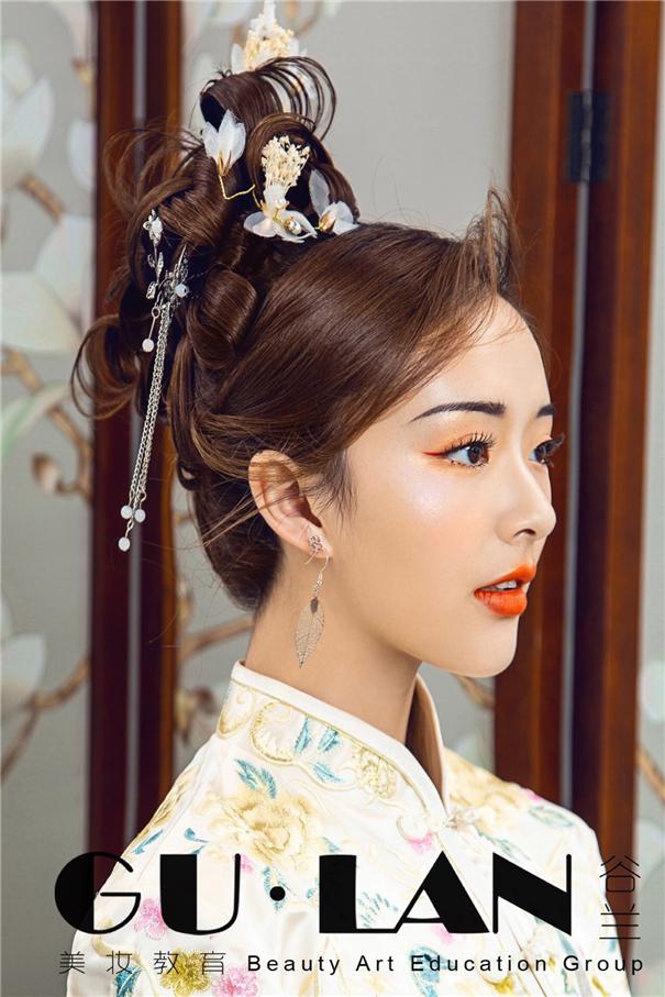 经典盘发搭配新中式新娘妆容