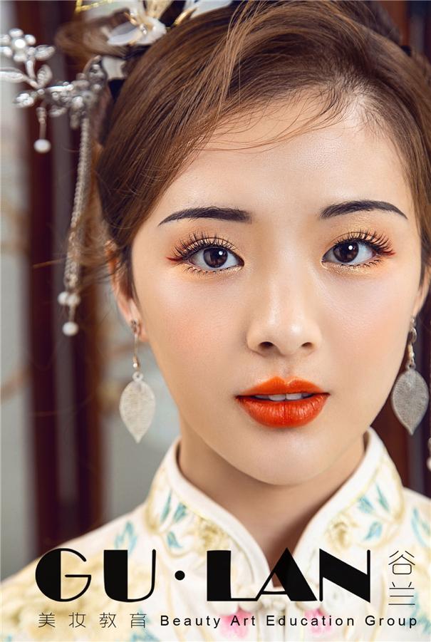 經典盤發搭配新中式新娘妝容