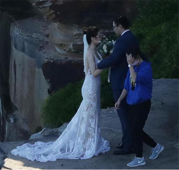 新人悬崖边上摆拍,一生一次的婚纱照值得用命去拍吗?